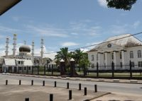 Paramaribo 30 - mosque and synagogue in peaceful direct neighbourhood