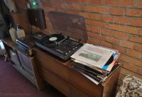10-Z - 25 - old turntable and vinyl records