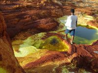 Danakil 08 - negotiating the ridges between sulphurous ponds