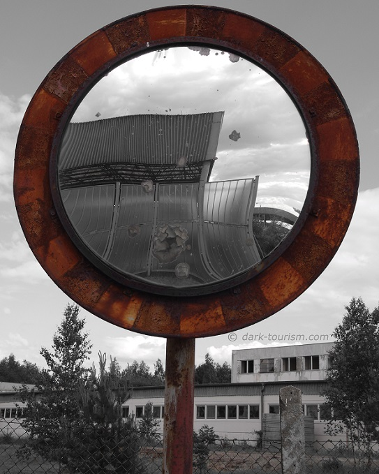 04 10 2015   Marienborn rusty mirror bw red extraction