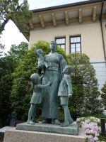 Yushukan 31 - war widow statue group