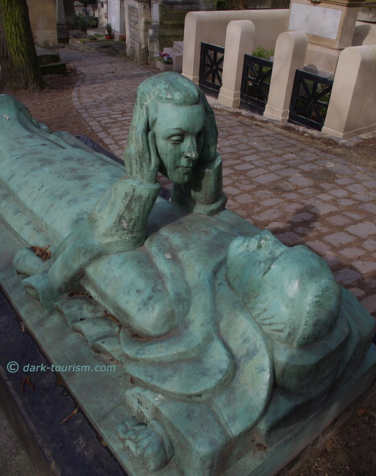 03 04 17   double headed at Pere Lachaise
