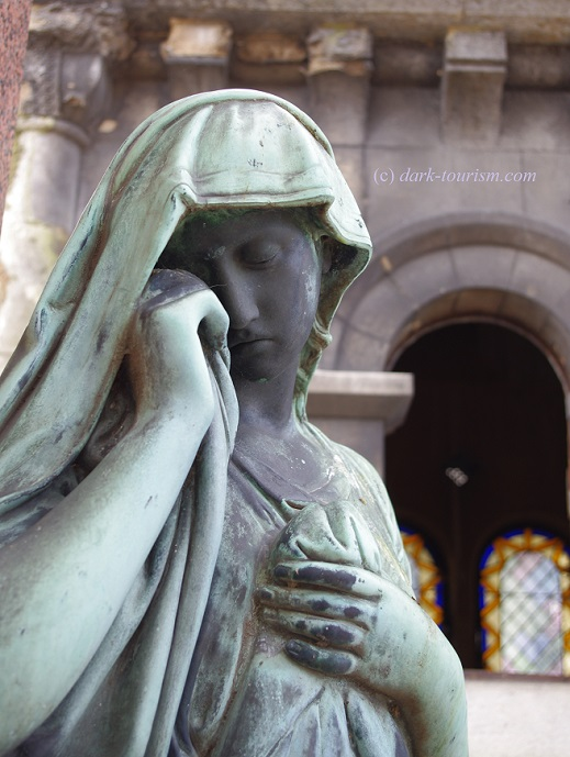 04 04 17   weeping beauty at Pere Lachaise