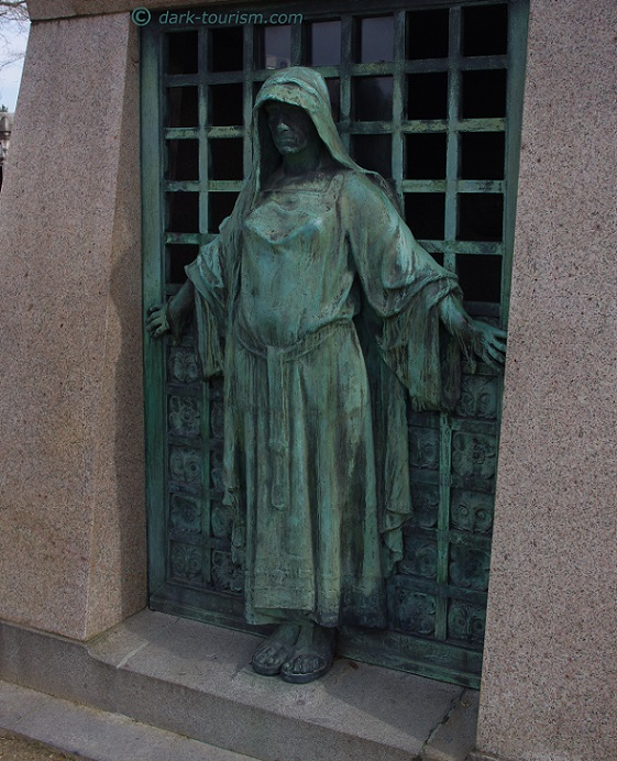 08 12 2017 m  guardian at Pere Lachaise